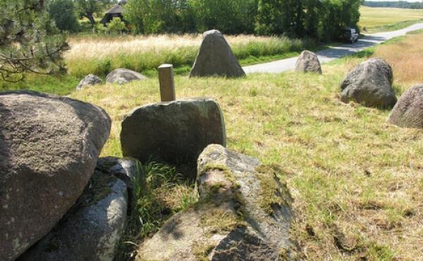 Vestlige gravkammer med indfalden bæresten set fra øst.