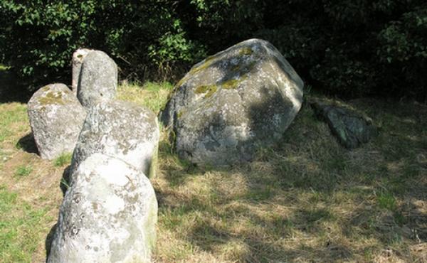 Østlige gravkammer med afvæltet dæksten set fra vest.