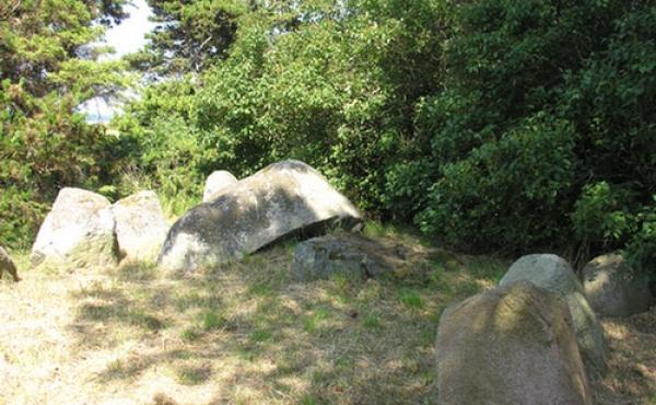 Østlige gravkammer med omgivende randsten set fra sydvest.