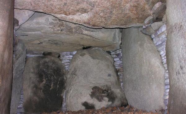 Gravkammerets nordøst-gavl som blev genopsat ved restaureringen i 1989 efter gamle plyndringer.