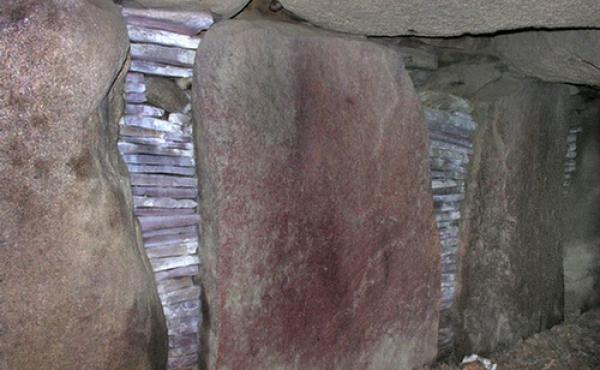 Nye tørmure i Nexø-sandsten mellem kammerets bæresten.
