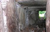 Et kig ud gennem den gradvist lavere kammergang med flotte tørmure mellem bærestenene.