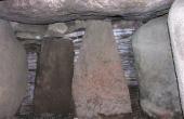 Tørmure mellem kammerets bæresten og indskudte sten mel- lem bære- og dæksten forsegler gravkammeret fuldstændigt.