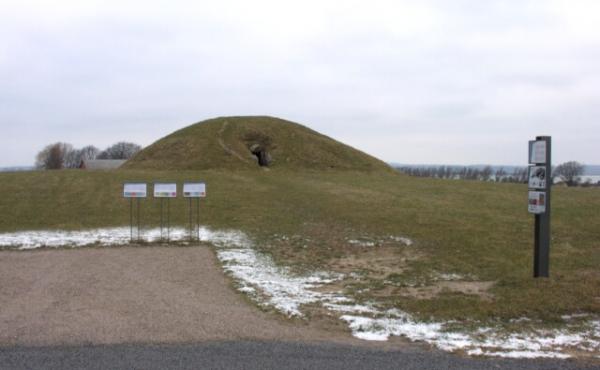 """""""Kong Asgers Høj"""" er af Danmarks største jættestuer. Her jættestuehøjen set fra øst fra den nyanlagte P-plads med informationsskilte."""