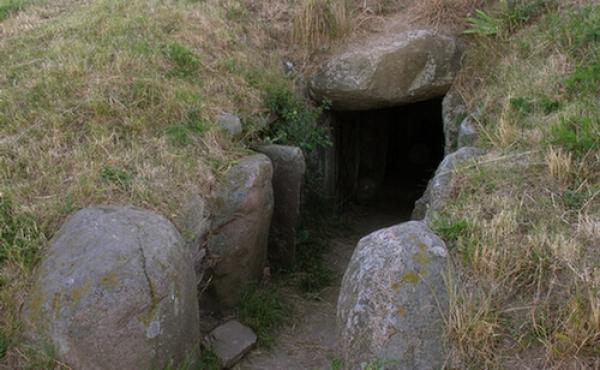 Kammergangens åbning mod sydøst med ydre karmsten fra