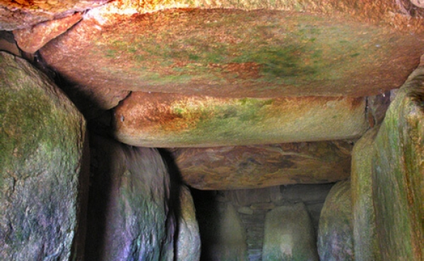 Flade dæksten over gangen. Inderst den såkaldte nøglesten som fordeler trykket fra kam- merets dæksten ud på hjørnestenene ved overgangen til kammeret.