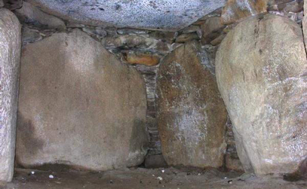 Tørmure og indskudte sten mellem bære- og dæksten forsegler gravkammeret fuldstændigt.