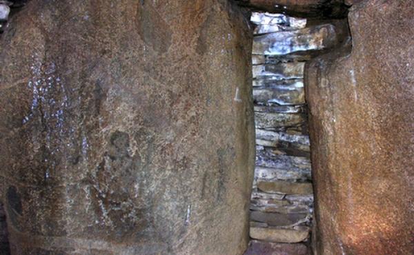 Original tørmur mellem bæresten i gravkammeret.