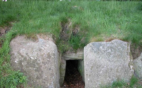 Indgangsåbning til det vestlige af de to gravkamre.