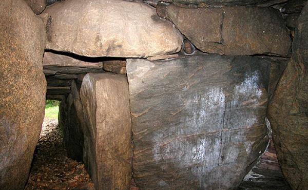 Det østlige gravkammer med tilstødende kammergang.