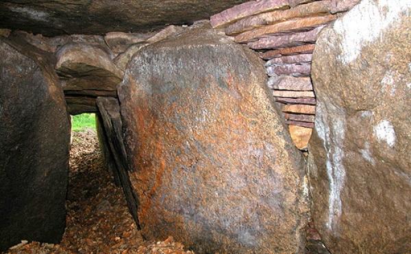 Et kig indefra det vestlige gravkammer ud gennem kammergangen.