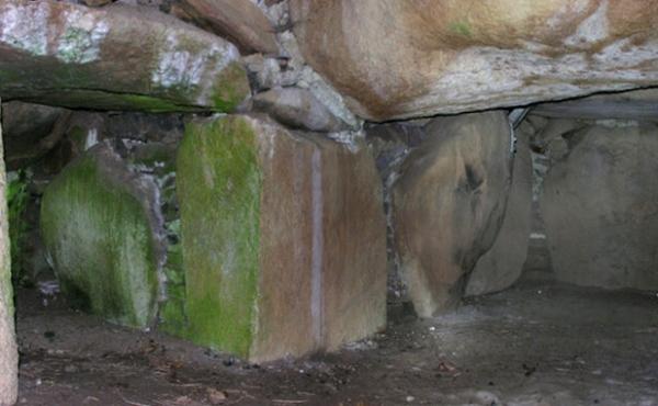 Interiør-panorama fra Milehøj Jættestuens imponerende gravkammer. Her syddelen af gravkammeret med åbning til kammergangen.