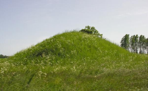 Den store forseglende høj over jættestuen set fra vest.