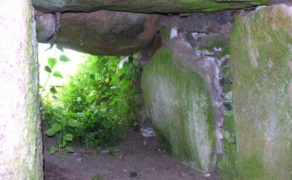 Gangåbningen i den østvendte kammergang set indefra.