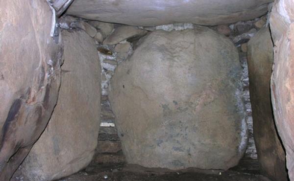 Kammergavlen mod sydvest med en stor bæresten og flotte tørmure.