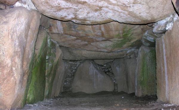 Nordøstlige del af det smukke og meget regelmæssige grav- kammer. Til højre ses åbningen til gangen.