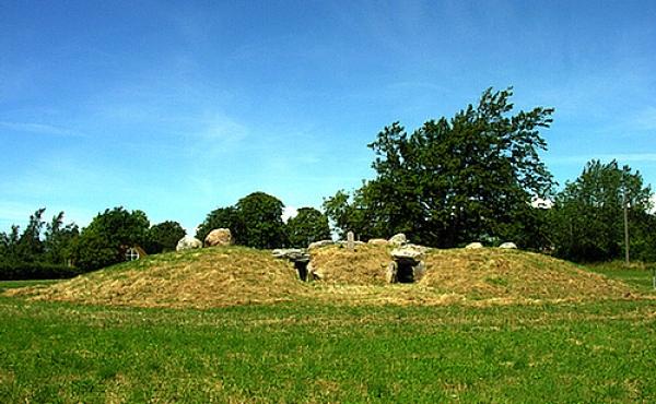 Jættestuen Månehøj er en af de få bevarede dobbelt-jættestuer i Danmark. Her set fra sydøst