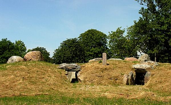 Indgangene til jættestuen forgik ad de to sydøst-vendte kammergange.