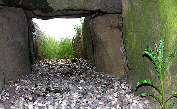 Et kig ud gennem den smalle og lave kammergang som oprindeligt var lukket med træ- eller stendøre.