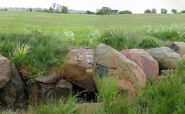 Panorama over jættestuens gravkamrene set fra nord.