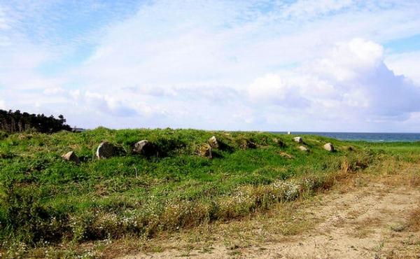 Langdyssens nordre langside med væltede og jorddækkede randsten. Set fra nordøst.