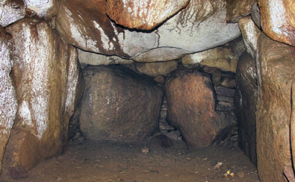 Gravkammerets nordøstlige del. Bemærk de store dæksten i loftet.