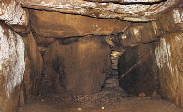 Sydvestlige del af gravkamme- ret hvor en stor bæresten danner gavl.