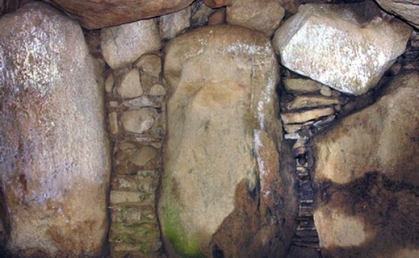De opstablede tørmure mellem bærestenene forsegler gravkammeret totalt.