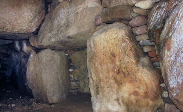 Den indre gangåbning til gravkammeret med indskudt nøglesten som fordeler trykket fra dækstenene.