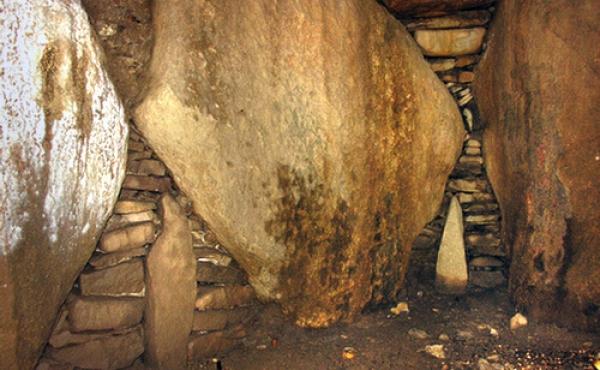 Flotte tørmure i gravkamme- ret omkring mindre, indskudte delesten mellem de store bæresten.