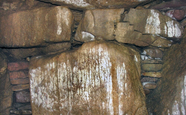 Indskudte sten mellem bæresten og dæksten sørger for at loftet i gravkammeret bliver helt vandret.