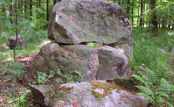 Dækstenen er afsprængt og et stort stykke ligger udenfor kammerets vestside.