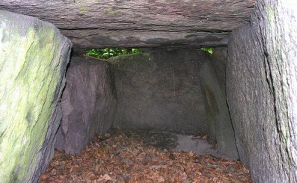 Indre af gravkammeret set fra øst.